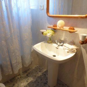 baño con ventana apartamento guardamar
