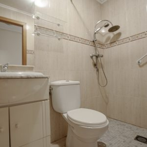 baño-apartamento-torrevieja-1